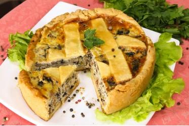 Киш с мясным фаршем, жареным луком, зеленью, сыром и грибами
