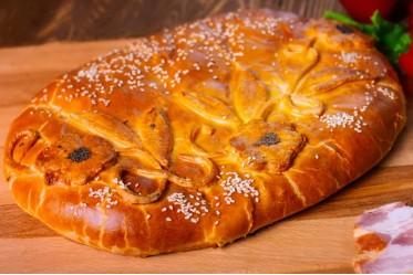 Пирог с болгарским перцем, копченой грудинкой, сыром и томатом