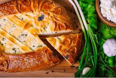Пирог с творогом и зеленым луком