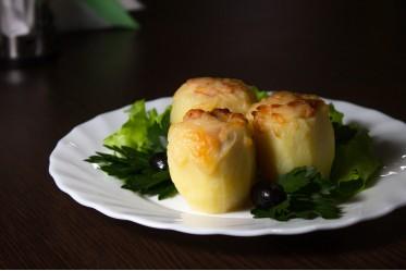 Картофельный бочонок, запеченный с грудинкой в/к, жареным луком и сливками под сырной корочкой