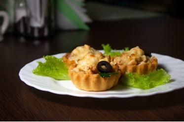 Тарталетка из песочного соленого теста, запеченная со сливками, курочкой и жареным луком под хрустящей сырной корочкой