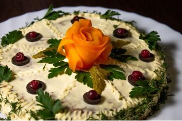 Печеночный торт с жареными овощами, майонезом и ароматным чесночком