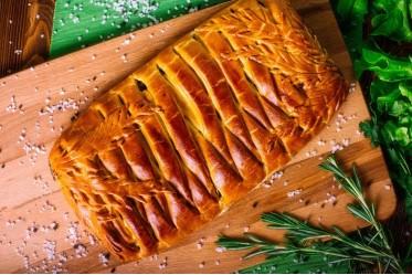 Кулебяка сдобная с жареной печенкой, болгарским перцем, маринованным огурчиком и лучком