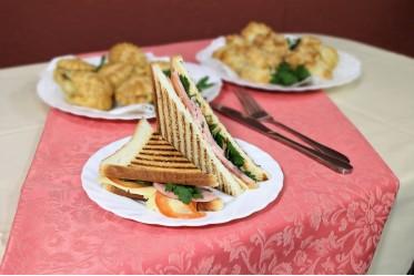 Сэндвич из тостового хлеба с ветчиной, сыром, помидором, зеленью, соусом на основе кетчупа и майонеза