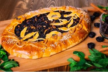 Пирог с черносливом и орехами