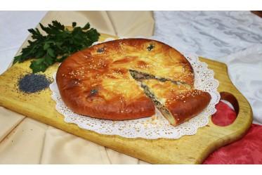 Пирог с куриной печенью, жареным луком, зеленью и яйцом