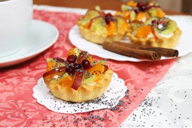 Мини-корзиночка песочная со взбитыми сливками и свежими фруктами