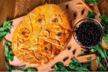Пирог клубничный с черникой