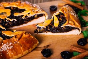 Пирог с черносливом и грецким орехом
