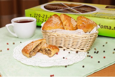 Пирожок с бужениной, белыми грибами и жареным луком