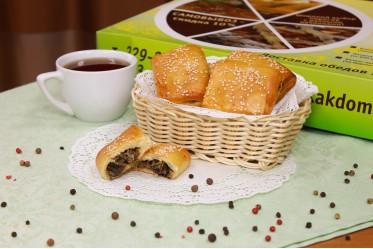 Пирожок с капустой и жареными грибами