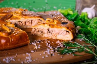 Пирог из лососевых с сыром и сливками