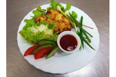 Мини-шашлычки куриные с маринованным луком, кетчупом и свежими овощами